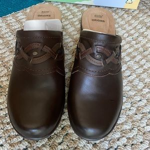 Earth origins brown clogs size 9